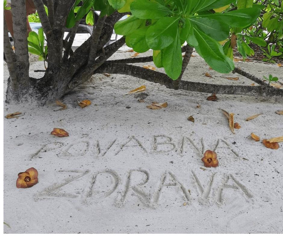 piesocna plaz a stromy povabna a zdrava napis