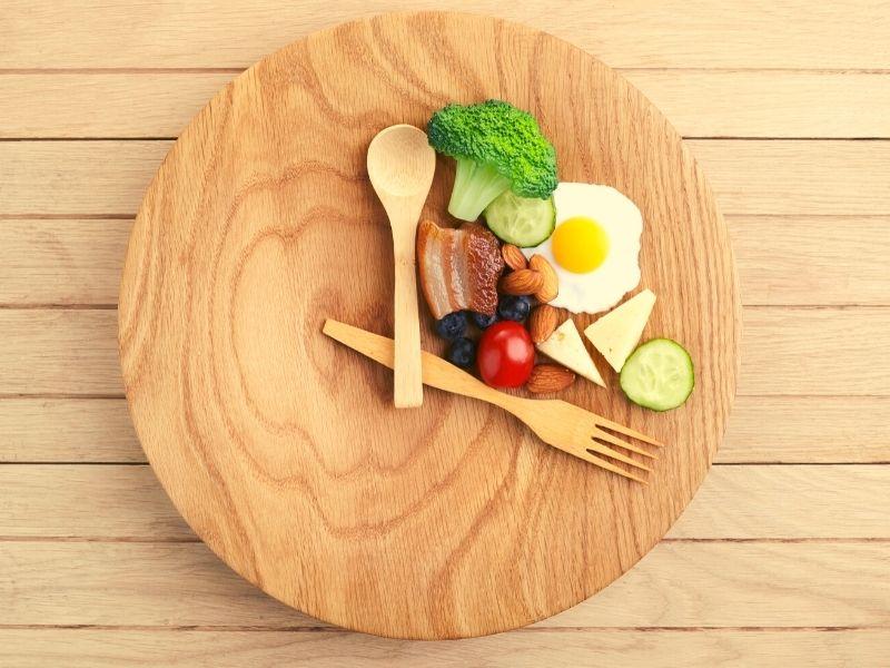 prerusovany post dreveny tanier a jedlo