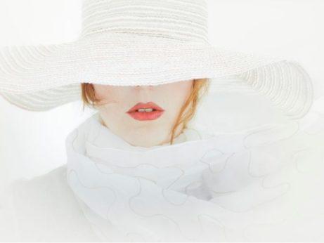 zena v bielom