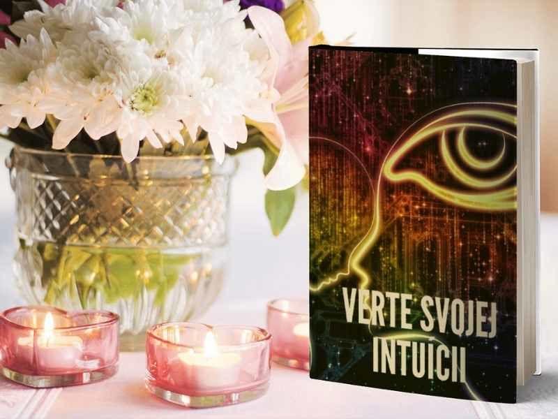 kvety a kniha verte svojej intuicii