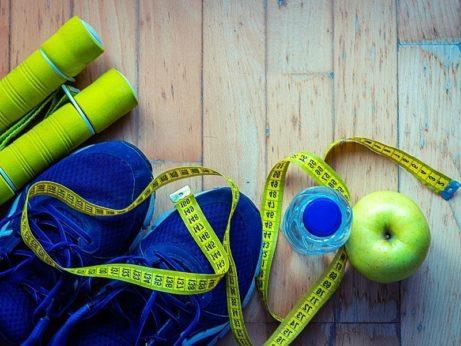 náradie na cvičenie a meter na sledovanie priberania a chudnutia