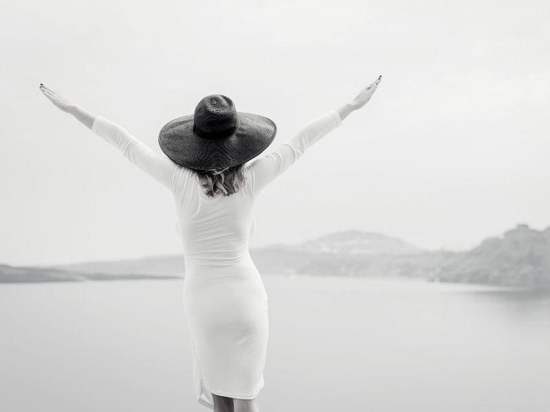zena v bielom ktora sa zbavila stresu